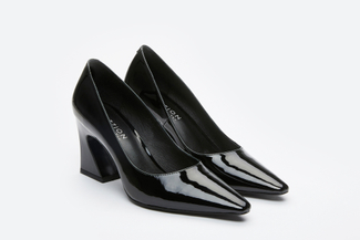 773-3 Black Curved Heel Pumps